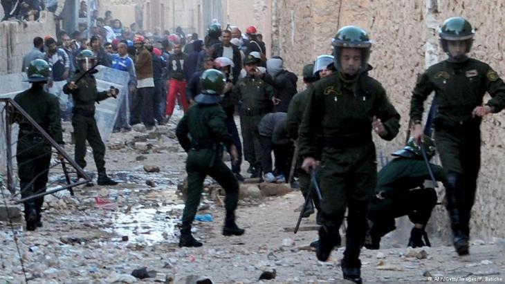 Algerische Polizisten beim Einsatz zur Eindämmung der Unruhen in Ghardaia; Foto: AFP/Getty Images/F. Batiche