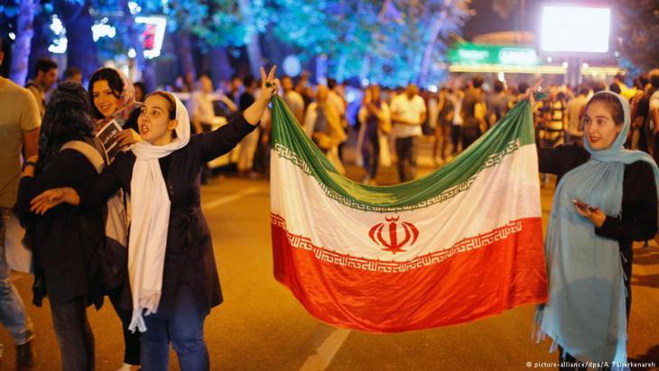 Iraner feiern den Abschluss des Atom-Abkommens in Teheran; Foto: picture-alliance/dpa