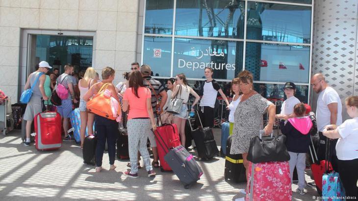 Touristen verlassen Tunesien nach dem Anschlag in Sousse. Foto: picture-alliance/abaca