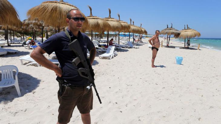 Polizist am Strand von Sousse. Foto: picture-alliance/dpa/M. Messara