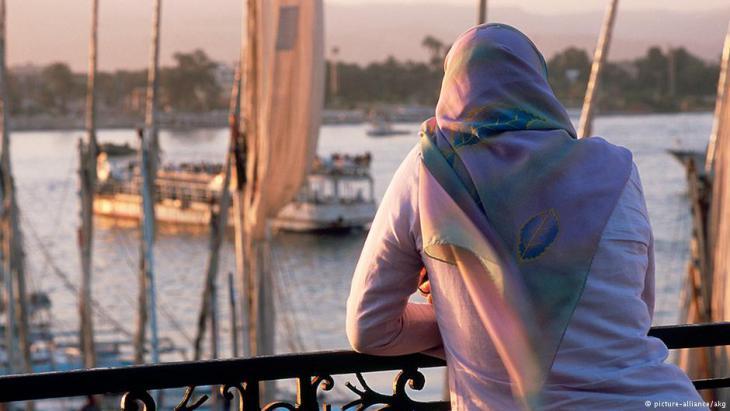 Eine Frau blickt auf den Nil. Foto: picture-alliance/akg