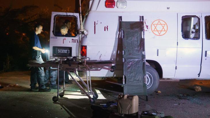 Israelisches Sicherheitspersonal überprüft einen israelischen Militärkrankenwagen, der in der israelischen Siedlung Neve Ativ in der Nähe von Majdal Shams von israelischen Drusen angegriffen wurde. Der Wagen war am 22. Juni 2015 mit zwei verletzten Syrern auf dem Weg zu einem Krankenhaus; Foto: STR/AFP/Getty Images