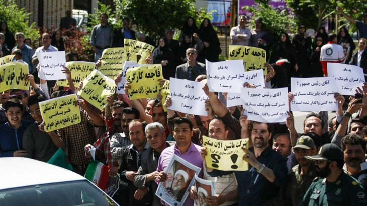 Proteste von Arbeitern am Rande von Präsident Rohanis Reise nach Täbriz; Foto: ISNA