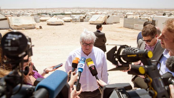 Bundesaußenminister Frank-Walter Steinmeier wird im Flüchtlingscamp Zaatari in Jordanien von Journalisten interviewt. Foto: picture-alliance/ dpa/ J. Carstensen
