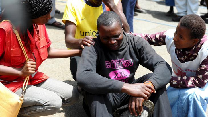 Trauer nach dem Anschlag auf die Garissa-Universität in Nairobi; Foto: Reuters/Herman Kariuki