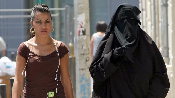 Burka-tragende Frau in Marseille; Foto: AP