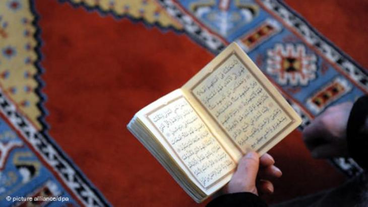 Ein Gläubiger in der Fatih-Moschee in Essen liest im Koran; Foto: dpa/picture-alliance