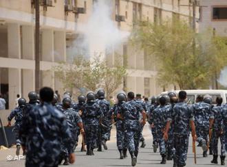 Polizei-Einsatz bei Gastarbeiterprotesten in Kuwait im Jahr 2008; Foto: AP/ Gustavo Ferrari