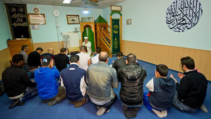 Türkische Muslime beim Gebet in einer DITIB-Moschee in Unterschleißheim; Foto: picture-alliance/dpa