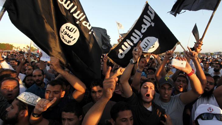 Anhänger des IS im libyschen Bengasi; Foto: picture-alliance/AP Photo/M. Hannon