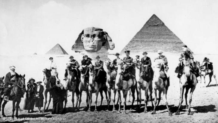 Britische Delegation in Kairo zu Besuch bei den Pyramiden in Gizeh am 20. März 1921. u.a. Clementine Churchill, Winston Churchill, Gertrude Bell und T.E. Lawrence; Foto: © Liddell Hart Center for Military Archives, King's College, London