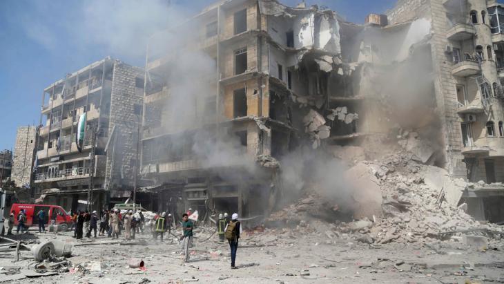 Fassbombenabwurf in Aleppo; Foto: