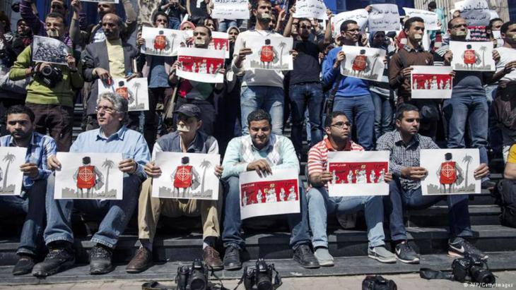 Journalisten in Kairo demonstrieren gegen das neue Anti-Terror-Gesetz; Foto: Getty Images/AFP