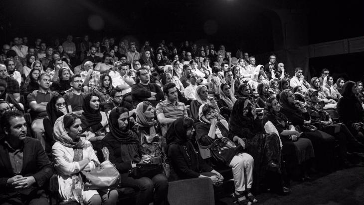 Publikum im Stadttheater Teheran im Rahmen der Theaterserie 7 Nächte, 7 Theater in Teheran zur Unterstützung von kranken Schauspielern; Foto: Fahimeh Hekmat