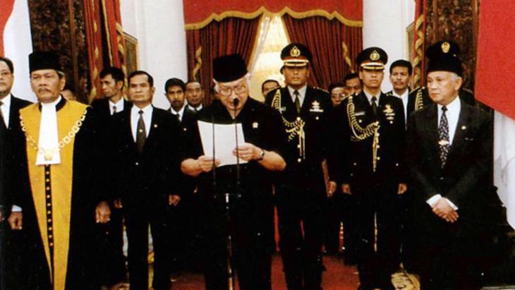 Indonesiens Dikator Suharto erklärt 1998 seinen Rücktritt; Foto: picture alliance/CPA Media
