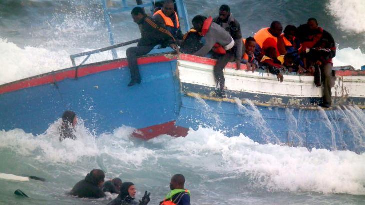 Flüchtlinge in Seenot vor der sizilianischen Insel Pantelleria; Foto: picture-alliance/dpa/F. Lannino/S. Gabriele