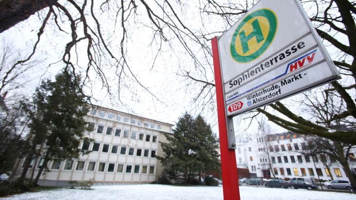 Neben dem Gelände des ehemaligen Kreiswehrersatzamts (l) an den Sophienterrassen nahe der Außenalster in Hamburg sollte ein Flüchtlingsheim errichtet werden; Foto: picture-alliance/dpa