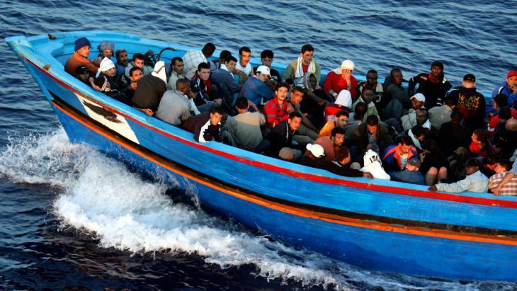 Überfülltes Flüchtlingsboot vor Lampedusa; Foto: Getty Images/M. Di Lauro