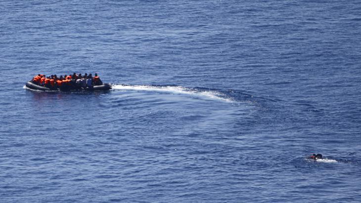 Flüchtlingsboot startet Richtung Lesbos; Foto: Reuters/M. Sezer