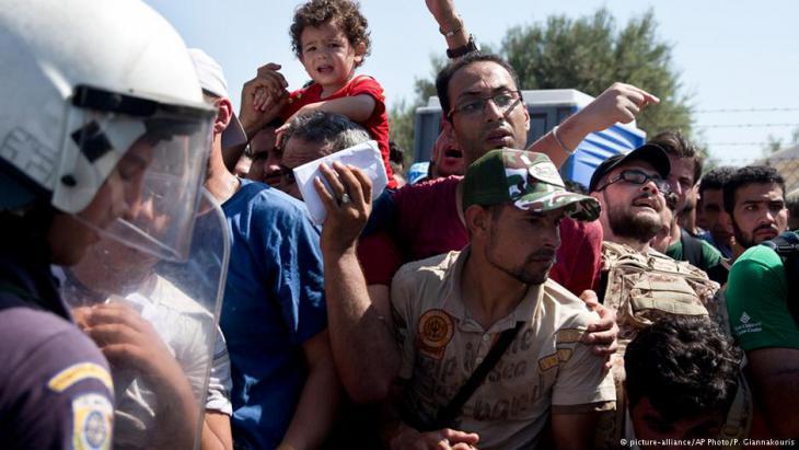 Flüchtlinge warten auf der griechischen Insel Lesbos auf ihre Registrierung; Foto: AP/picture-alliance