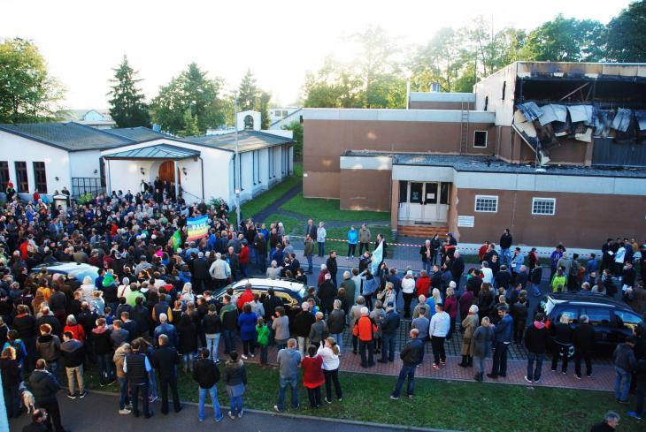 Flüchtlingssolidaritätsdemonstration vor dem ausgebrannten Flüchtlingsquartier; Foto: Laura Overmeyer