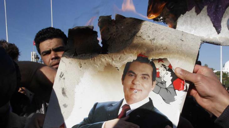 In Tunis verbrennen Demonstranten ein Bild von Zine El Abidine Ben Ali; Foto: dpa