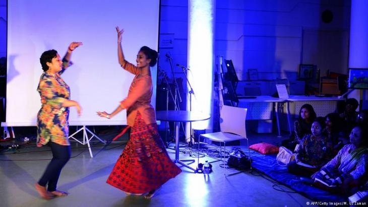 "Fundraising-Künstler-Performance zur Förderung des ""Dhee""-Projektes; Foto: AFP/Getty Images/M. Uz Zaman"