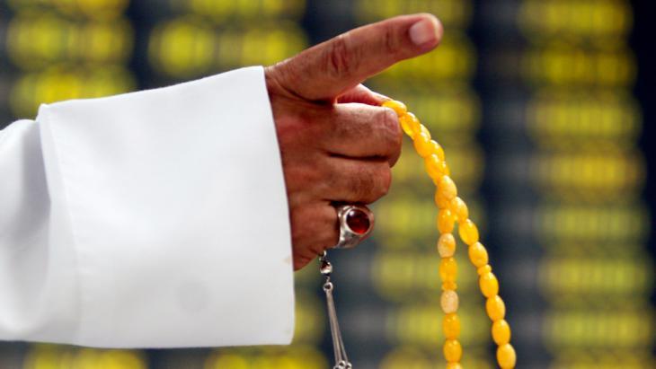 Muslim mit Gebetskette; Foto: ddp images/AP Photo/Hasan Jamali