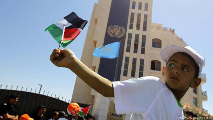 Ein palästinensischer Junge schwenkt vor dem UN-Sitz in Ramallah die Nationalflagge; Foto: AFP/Getty Images