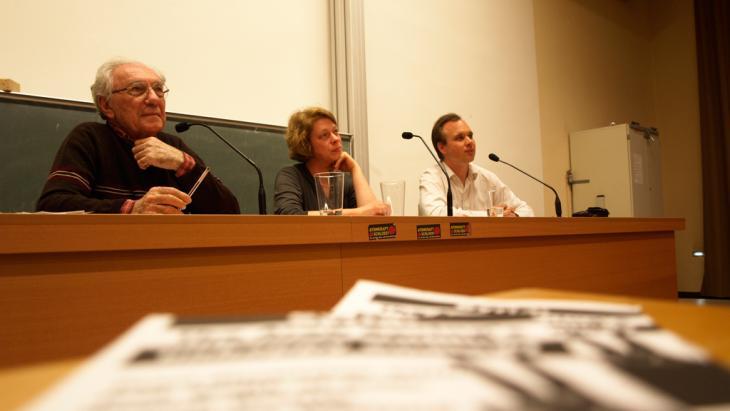 Sadiq al-Azm während einer Podiumsdiskussion, gemeinsam mit Dr. Carsten Wieland und Hannah Wettig; Foto: DW