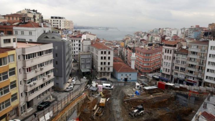 Blick auf eine Großbaustelle und den Bosporus in Istanbul; Foto: picture alliance/dpa/Friso Gentsch