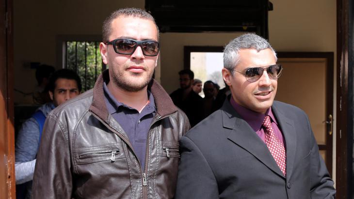 Die Al-Jazeera-Journalisten Mohammed Fahmy und Baher Mahmoud nach ihrer Freilassung; Foto: picture-alliance/epa/K. Elfiqi