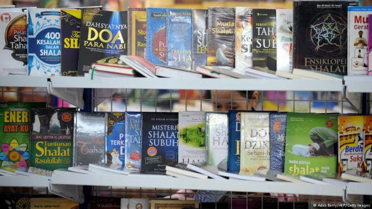 Indonesische Bücher an einem Messestand; Foto: AFP/Getty Images