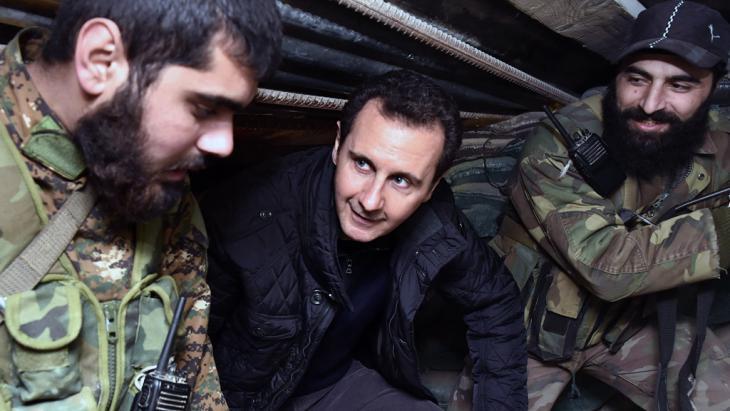 Syriens Präsident Baschar al-Assad während eines Truppenbesuchs bei Damaskus; Foto: AP