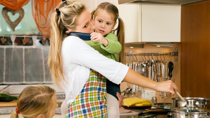 Deutsche kocht mit ihren Kindern in einer Küche; Foto: Colourbox/Kzenon