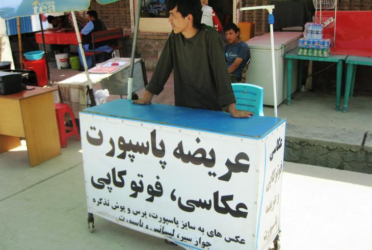 Reza bietet in der Nähe der Passbehörde in Kabul Passbilder und Kopien an; Foto: Emran Feroz