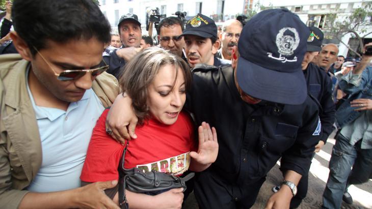 Algerische Sicherheitskräfte nehmen am 16. April 2014 eine Demonstrantin in Algier fest; Foto: picture-alliance/dpa
