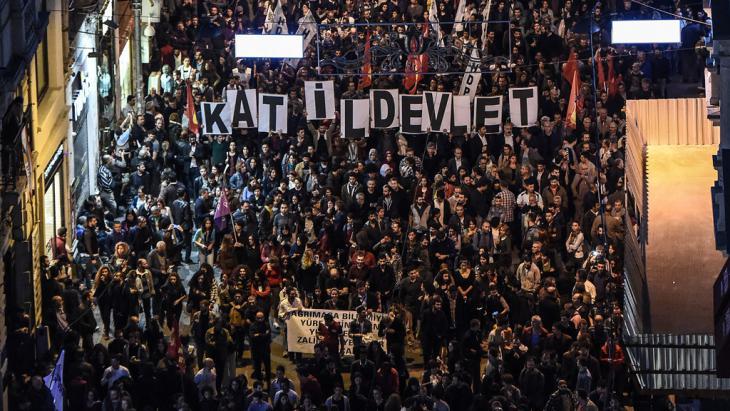 Demonstration nach den Anschlägen in Ankara in der Istiklal-Straße in Istanbul; Foto: Getty Images/AFP/O. Kose