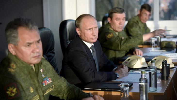 Russlands Präsident Putin im Kreise seiner Militärs; Foto: Reuters/Ria Novosti/A. Nikolsky