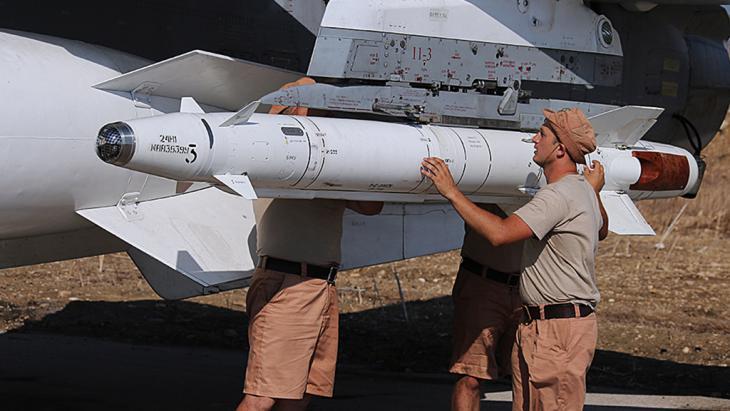 Syrische Kampfjets in Latakia werden von russischem Personal mit Raketen bestükt, Foto: picture-alliance/dpa/ ITAR-TASS