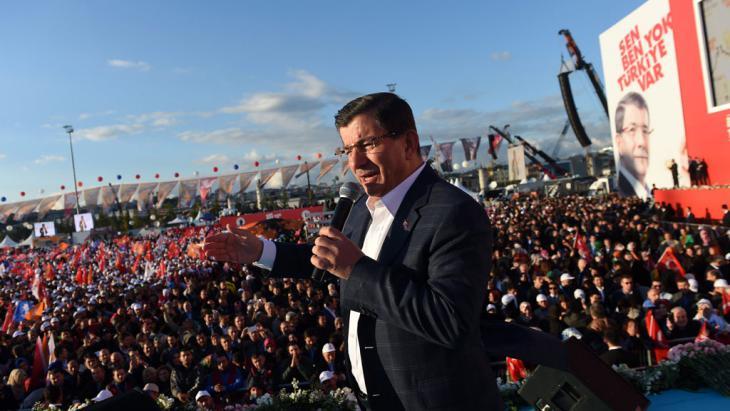 Der türkische Präsident Ahmet Davutoğlu während einer AKP-Wahlveranstaltung; Foto: picture-alliance/dpa/B. Kilic)