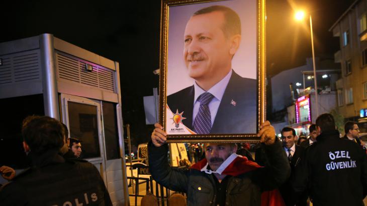 Erdoğan-Anhänger vor der AKP-Parteizentrale in Istanbul; Foto: picture-alliance/AP/H. Malla