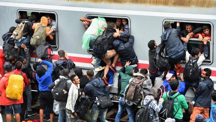 Flüchtlinge versuchen bei Tovarnik, Kroatien, an Bord eines überfüllten Zuges zu gelangen; Foto: Getty Images/J. J. Mitchell
