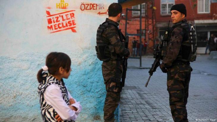 Polizisten in der Kurdenmetropole Diyarbakir im Osten der Türkei. Foto: Reuters