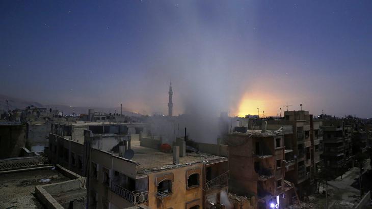 Granateneinschlag in Duma, östlich von Damaskus, am 30. Oktober (Foto: Getty Images/AFP/S. Al-Doumy)