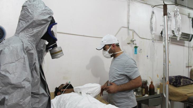 Ein Opfer eines Senfgas-Angriffs des IS wird in Damaskus medizinisch versorgt; Foto: picture-alliance/AA/M.Omer