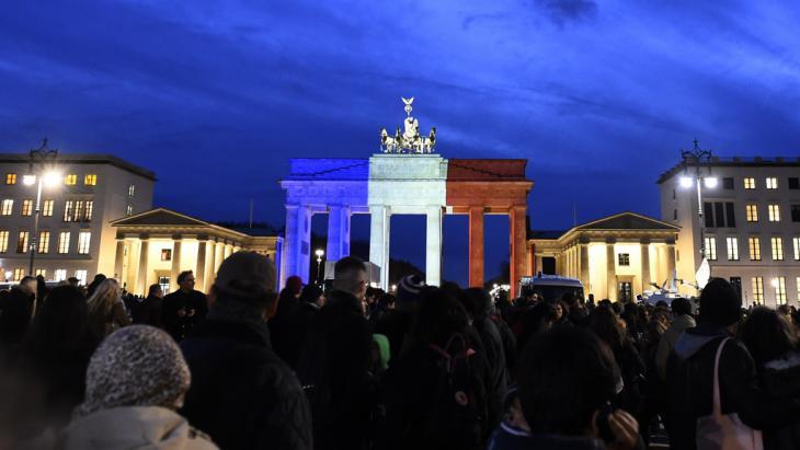 Solidarität mit Frankreich: in den französischen Nationalfarben illuminiertes Brandenburger Tor; Foto: Getty Images/AFP/T. Schwarz