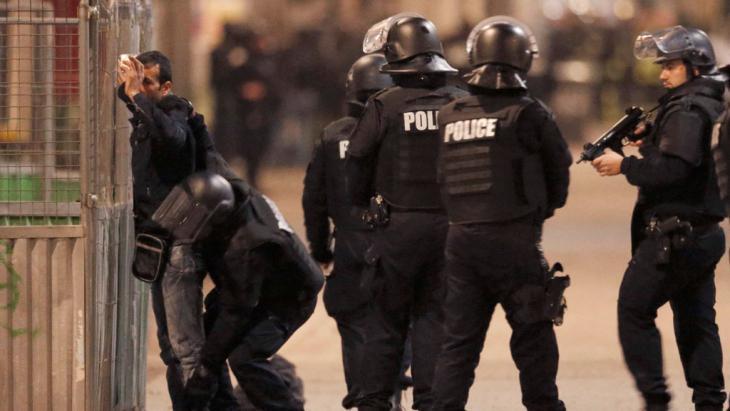 Einsatz der französischen Polizei gegen die verschanzten Dschihadisten im Pariser Stadtteil Saint-Denis am 18. November 2015; Foto: Reuters/C. Hartmann