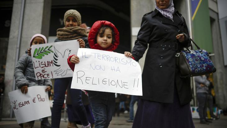 Children take part in an anti-terrorism demonstration held by Muslims in Milan, 21.11.2015 (photo: Olivier Morin/AFP/Getty Images)