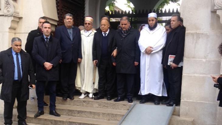 Schweigeminute von französischen Muslimen an der großen Moschee in Paris; Foto: DW